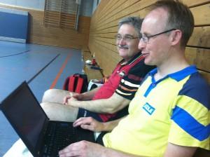 Reiner (rechts) trägt die Ergebnisse ein, Wolfgang beobachtet die laufenden Partien