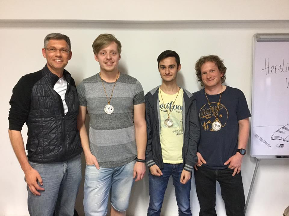 Abteilungsleiter Norbert Schwenk ehrt Benjamin Frankler, Furkan Dogan und Kevin Bohley anlässlich des Aufstiegs der 2. Mannschaft in die Bezirksklasse.
