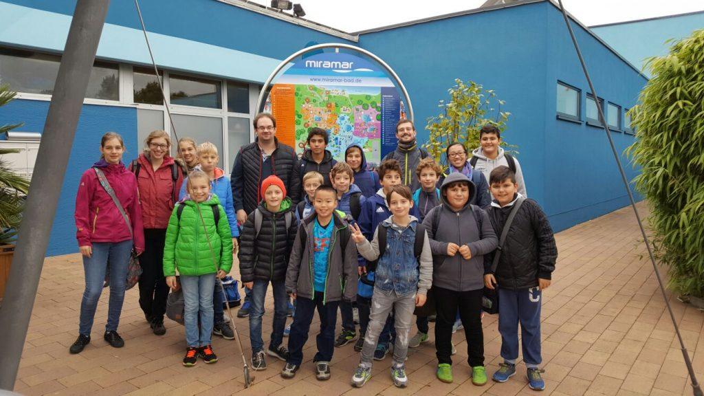 Schüler und Betreuer von Biebrich und der Eintracht vor dem Erlebnisbad in Weinheim